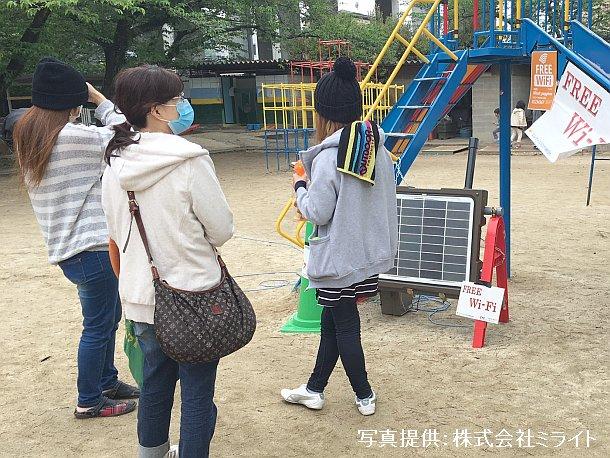 熊本市内の避難所での無料臨時Wi-Fi SPOT利用の様子